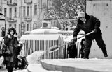 девушка и уборщица снега