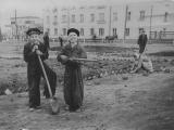 Школьники на обустройстве городского сквера